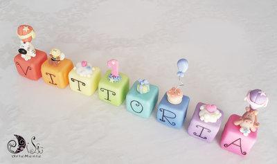 Cake topper cubi in scala arcobaleno 8 cubi 8 lettere personalizzati primo compleanno con nome e soggetti a scelta