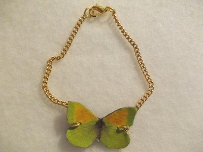 Braccialetto con farfalla verde su base in pelle