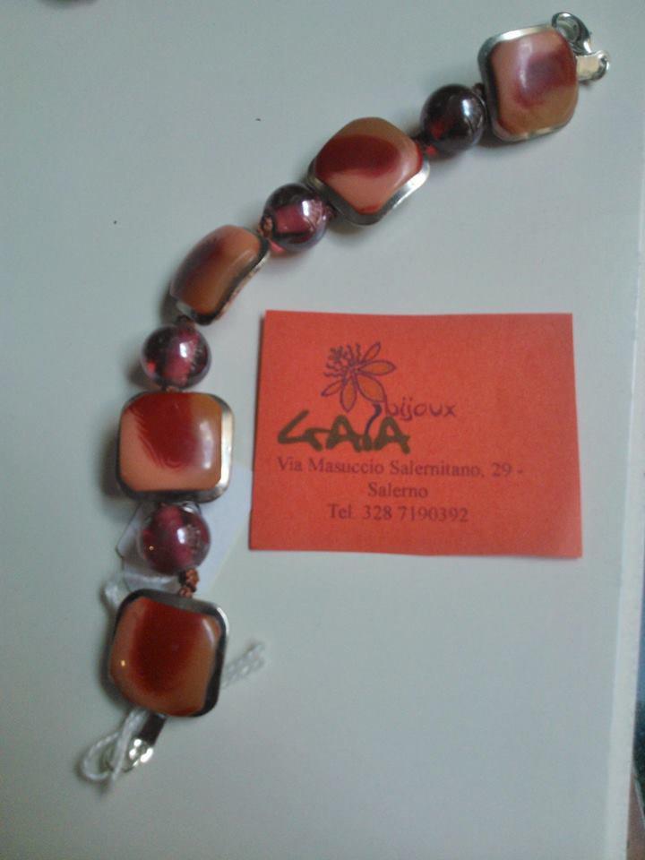 Bracciale con bottoni, perle in vetro e lavorazione a nodini