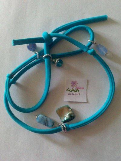Bracciale in fettuccia elastica azzurra, con pendenti in pietra e madreperla