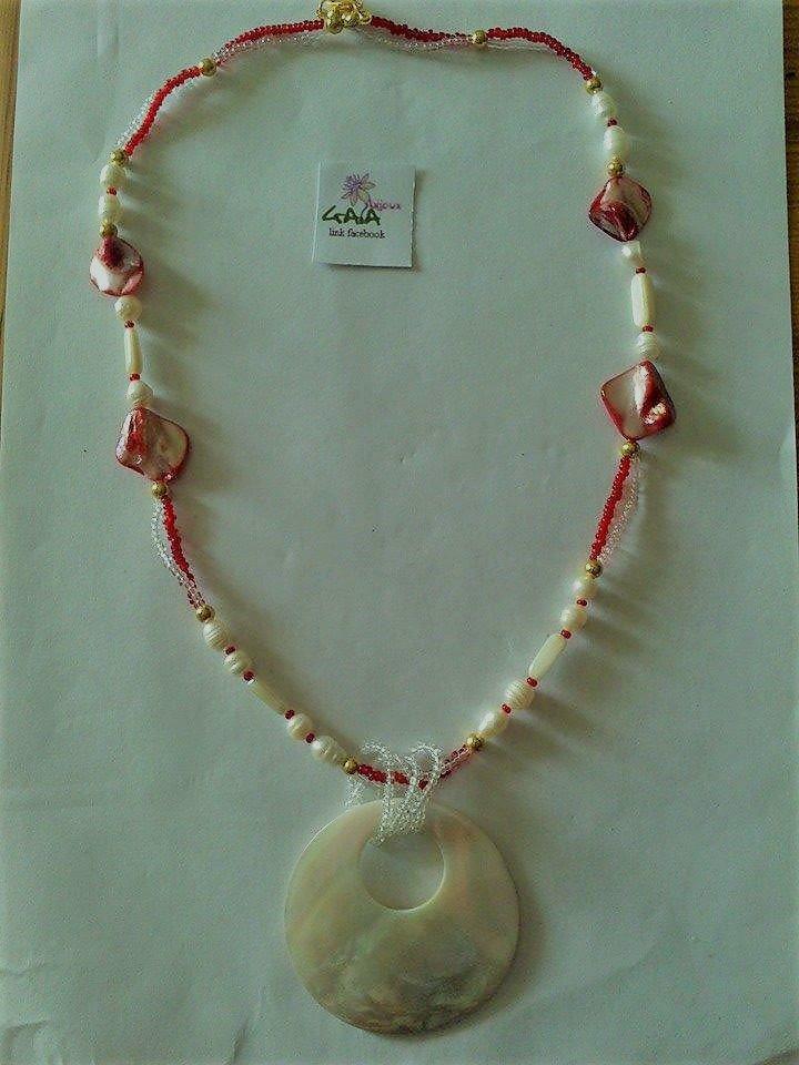 Collana con conterie rosse e trasparenti, perline e pendente in madreperla