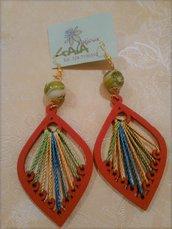 Orecchini con pendente rosso in legno con cotone multicolor applicato, pallina in vetro di murano verde e bianco