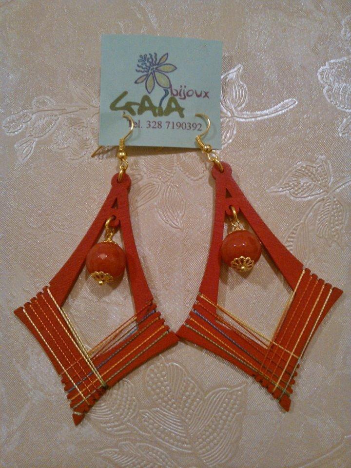 Orecchini con elemento a pagoda rosso rivestito in cotone, con pendente centrale in agata rossa a pallina