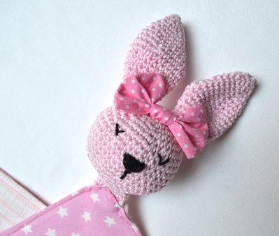Doudou coniglietta rosa con fiocco e corpo in cotone bianco fantasia e mussolina