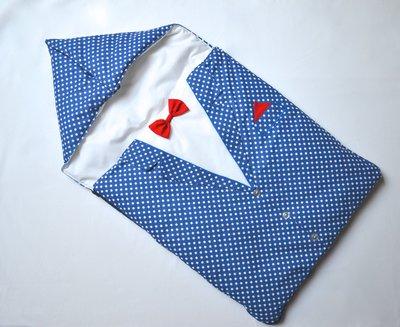 Sacco nanna blu a pois bianco che ricrea un completo elegante