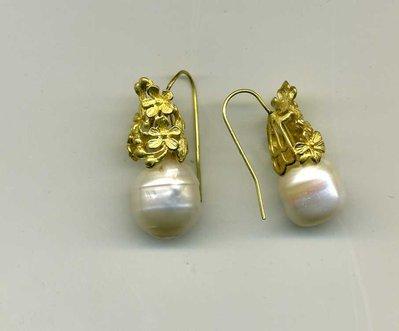 Orecchini pendenti corti in metallo dorato opaco con perla barocca a barilotto