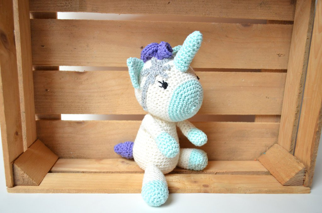 Unicorno realizzato all'uncinetto con tecnica amigurumi