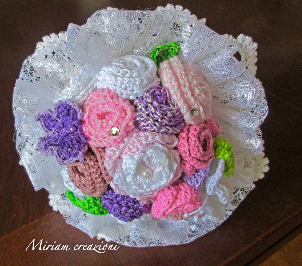 Bouquet  all'uncinetto con roselline e farfalle