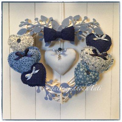 Cuore/fiocco nascita 8 cuori sui toni dell'azzurro/blu con papillon