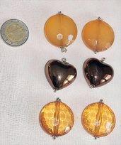 Coppie di orecchini color ambra e arancionati. Splendiamente luminosi