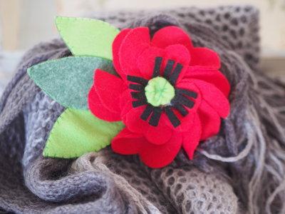 Papavero in feltro.Grande spilla con dettagli fatti a mano,ricamati al centro e foglie doppie,impunturate.Bomboniera,decorazione per borse,sciarpe,cappelli .ESTATE!