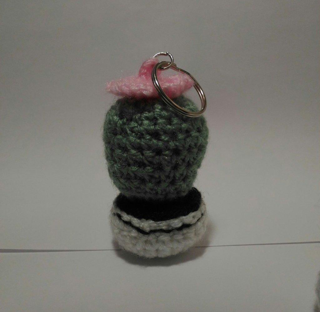 Portachiavi Cactus  uncinetto amigurumi  in lana verde con vaso bianco