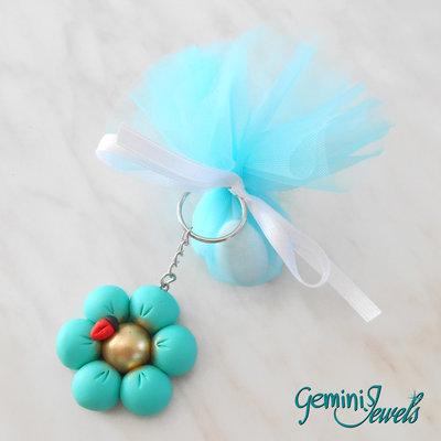 Bomboniera per più occasioni, fiore in fimo e sacchettino di organza con confetti