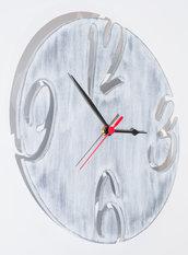 Orologio in legno Circle Shabby, interamente fatto a mano con la tecnica del traforo ed infine dipinto con colori all'acqua e decapato in perfetto stile Shabby Chic.