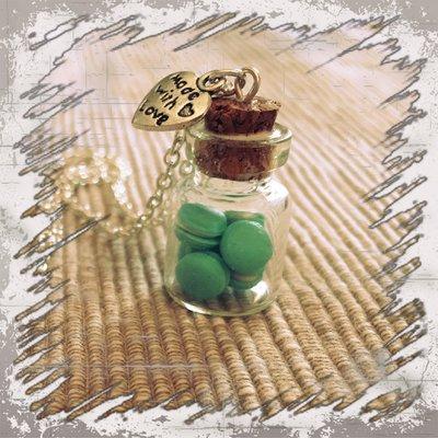 Collana mini macarons in bottiglietta pasta di mais