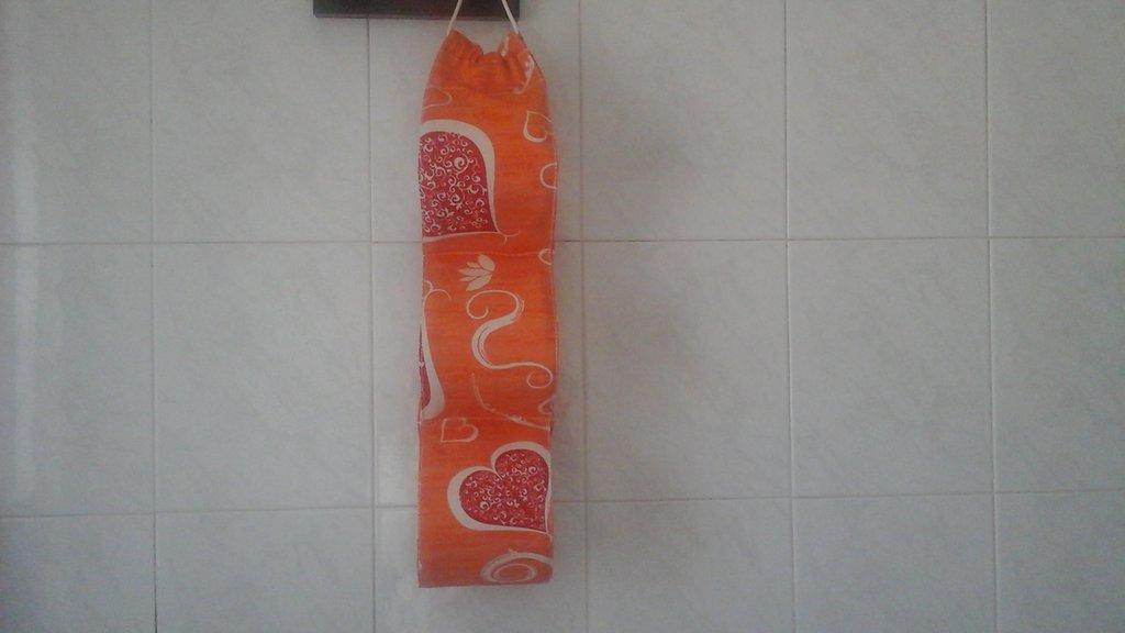 Porta rotoli cartaigenica arancione per tre rotoli