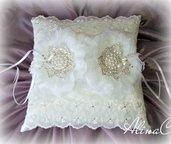 Cuscino portafedi Organdis in raso bianco e organza ricamata, fiori in tessuto, perle e strass, sposa, matrimonio,cerimonia