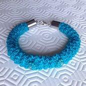 Bracciale tubolare azzurro con fiorellini fatto a mano all'uncinetto
