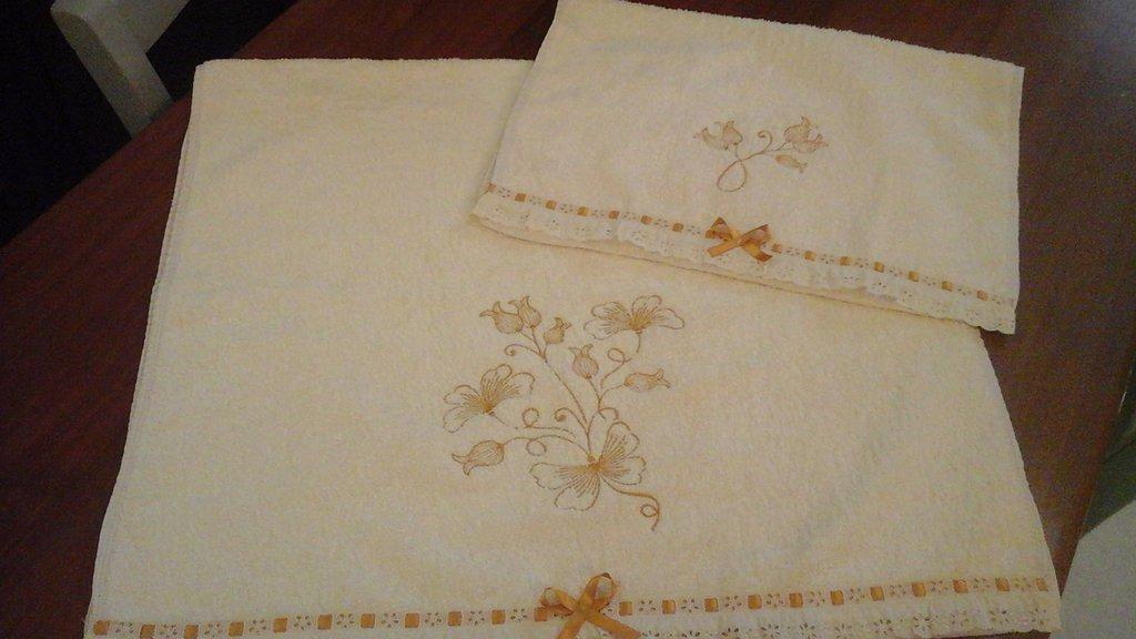Coppia di asciugamani in spugna color panna con ricamo e pizzo