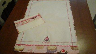 strofinaccio bianco con ricamo cup cake fucsia e rosa