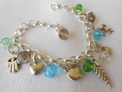 Bracciale con charms e cristalli verde , azzurro e bianco  grigio.