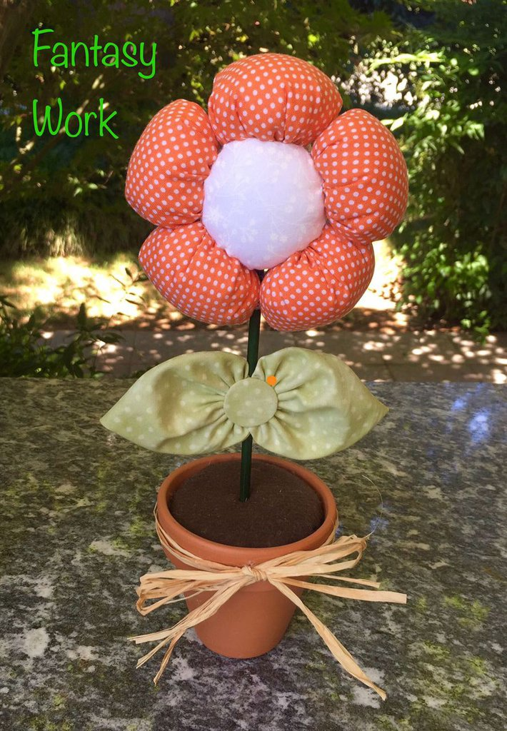 Vaso di terracotta con margherita di stoffa arancione a pois