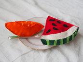 COPPIA di frutti in feltro.2 FETTE:ANGURIA e MELONE.Fatti a mano,decorati e ricamati.Arrichiti da dettagli e perle.Giochi non convenzionali,soprammobili