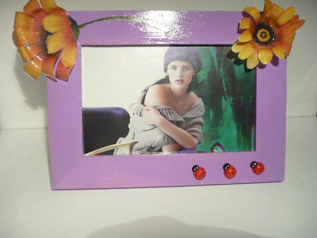 portafoto viola con coccinelle e fiori sospesi