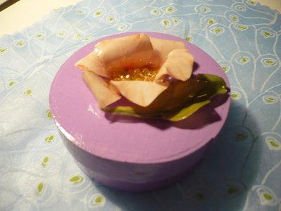 scatola lilla con fiore rosa