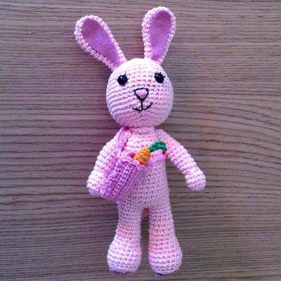 Coniglietta rosa amigurumi con borsetta e carota, fatta a mano all'uncinetto