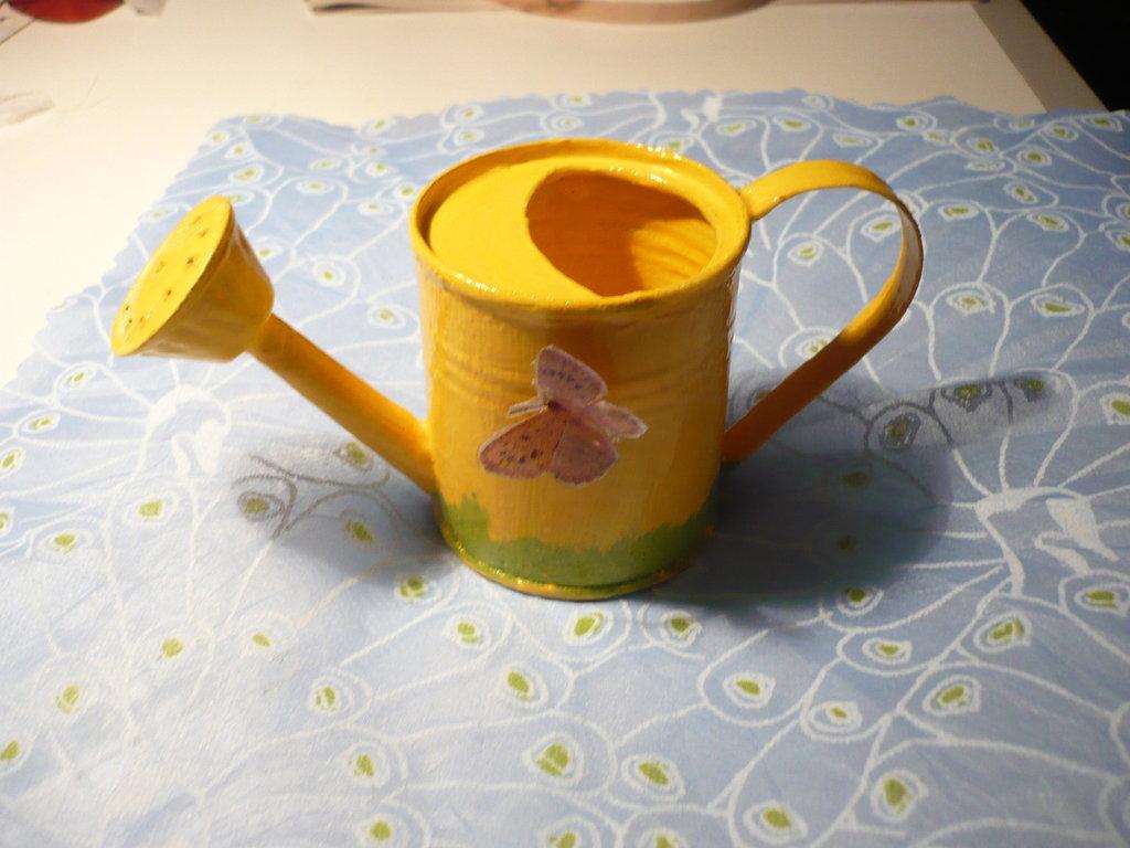 innaffiatoio giallo con farfalla sospesa