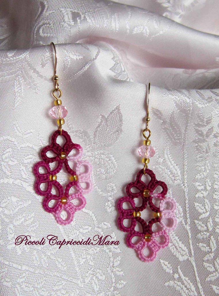Orecchini rosa ed amaranto al chiacchierino, cristalli rosa, perline dorate