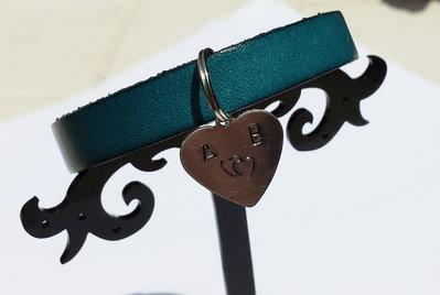 Bracciale personalizzabile in cuoio blu chiaro con ciondolo in alluminio a cuore
