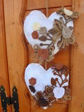 Cuori in feltro imbottito con decorazioni in feltro e rose in panno in 3D