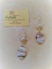 Orecchini con perla di fiume e pendente in vetro di murano bianco e viola striato