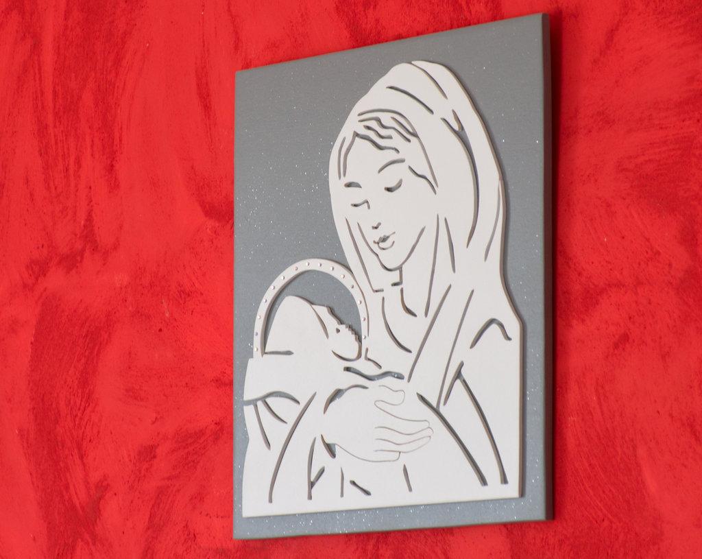 Quadro in legno Madonna con Bambino, realizzato a mano utilizzando la tecnica del traforo, immagine di colore bianco su sfondo grigio brillantino.