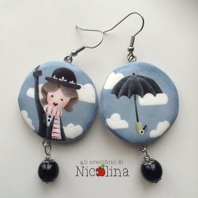 Orecchini C'era una volta ... Mary Poppins e Ombrello su tondo in cartapesta con perla in vetro nero