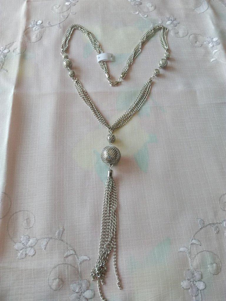 collana lunga con perle e catene in metallo colore argento