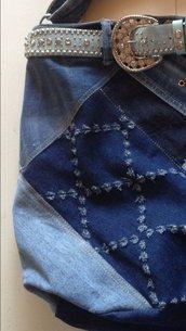 Borsa cintura azzurra e strass