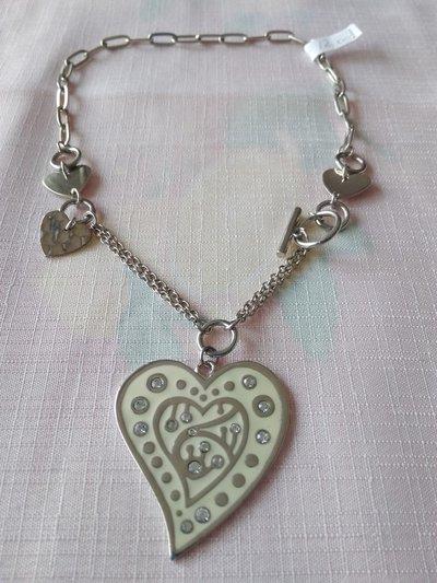 collana con catena in metallo colore argento e ciondolo  cuore e strass