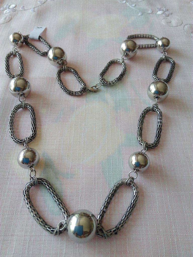 collana lunga con catene e perle in metallo colore argento