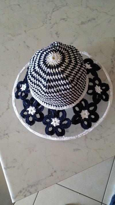 Cappello bimba in cotone con tesa a fiori