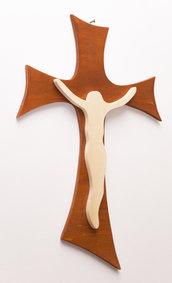 Crocifisso moderno in legno, Gesù Cristo stilizzato e croce, disegnati e realizzati a mano, color ciliegio e pioppo naturale.