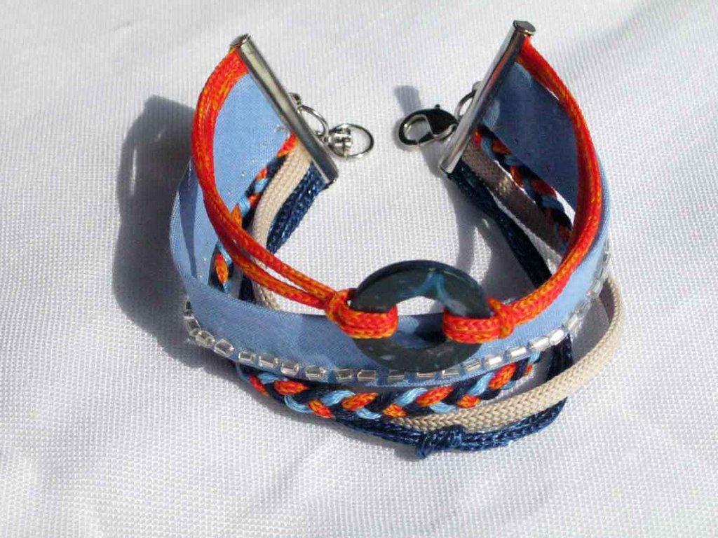 bracciale in trecce e cordoncini azzurro, arancio e beige. Realizzato a mano. FILOMENA