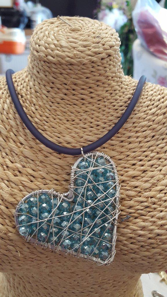 Collana girocollo in caucciù con cuore in alluminio, rame argentato e cristalli