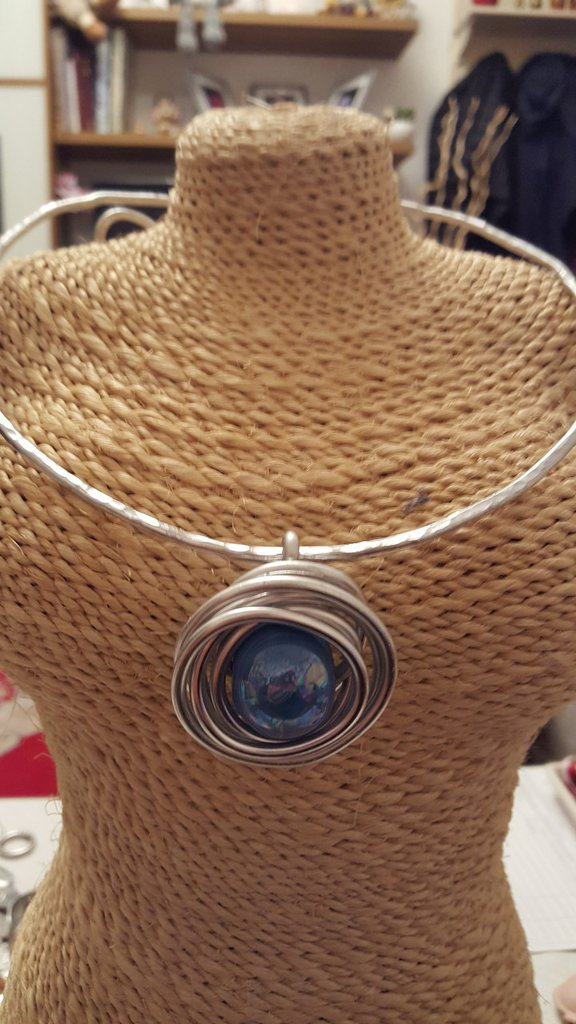 Collana girocollo in alluminio battuto con perla artigianale in ceramica greca