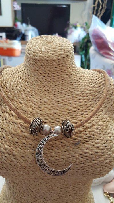 Collana girocollo in sughero con perle e ciondoli in zama