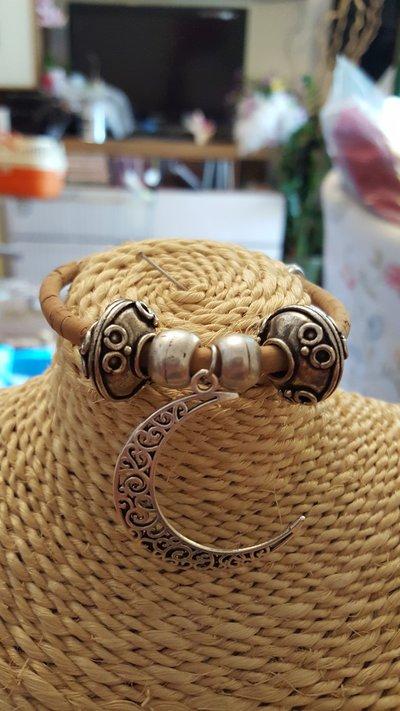 Bracciale in sughero con perle e ciondoli in zama