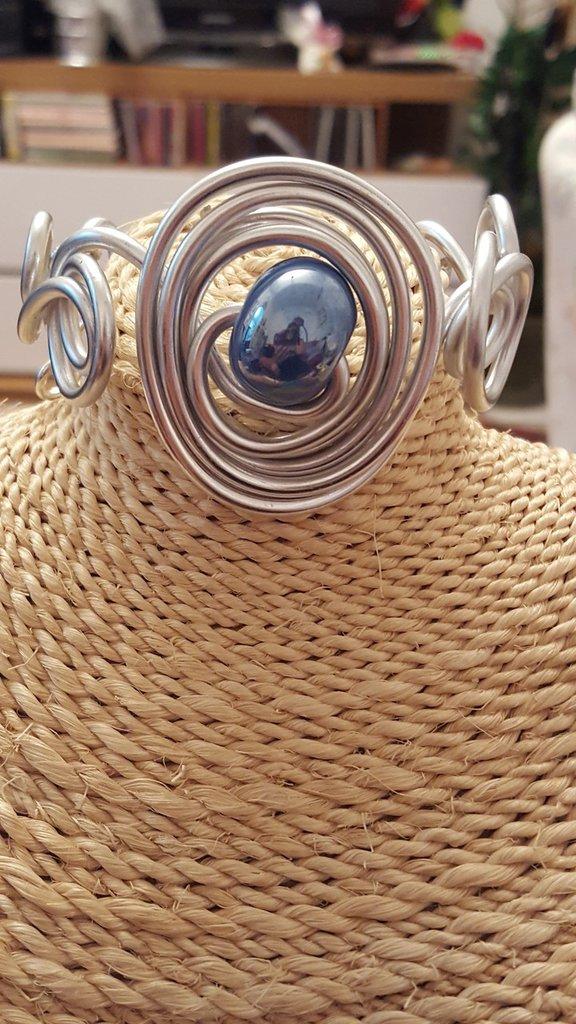 Bracciale in alluminio e perla in ceramica greca artigianale
