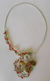 Collana con filo di alluminio, perline e pietre